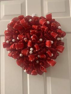 Verbreiten Sie die Liebe mit diesem entzückenden DIY Valentinstagdekor, das mit einem einzigartigen im Nebenflusskranzbrett gemacht wird! Einfach herrlich können Sie leicht DI ...