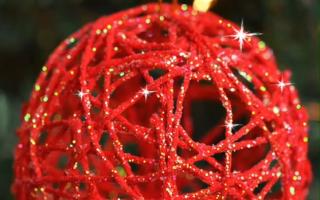 Wie man mit Luftballons Glitzerballgarn-Ornamente herstellt