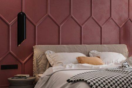 Designdetail - Leisten und matte rote Farbe wurden verwendet, um eine mutige Akzentwand in diesem Schlafzimmer zu schaffen