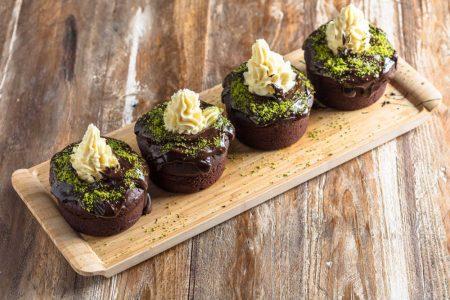 Riesiger Schokoladen-kleiner Kuchen