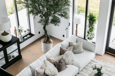 Un salon cathédrale, une piscine und des plantes dans une maison neuve - PLANETE DECO a homes world