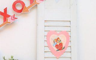 Valentinstag Tischlandschaft mit herzförmigen Deckchen