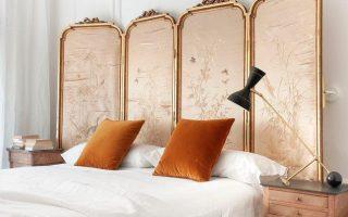 In einem schicken Stadtviertel in Spanien in diesem ruhigen Schlafzimmer, das eine perfekte Ehe ist ...