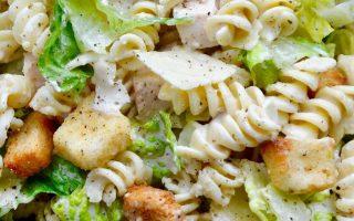 Schlagen Sie eine 20-minütige Mahlzeit in einer Schüssel mit einem erfrischenden Rezept für Hühnchen-Caesar-Nudelsalat mit DIY-Dressing zu. justataste.com #recipes #c ...