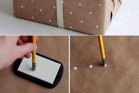 Geschenkverpackung basteln und sehen kreativ verpacken - geschenkpapier mit weißen pstellen selber gestalten und geschenke schön verpa ...