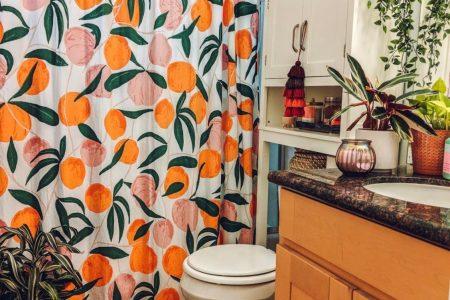 Dieses Boho Apartment zeigt, wie Sie einer Standardmiete jede Menge Farbe hinzufügen - Dieses Boho Badezimmer zeigt, wie Sie jede Menge Farbe und Personal ...