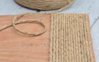 Rustikaler Holzfußhocker wird mit Schnur neu gestaltet