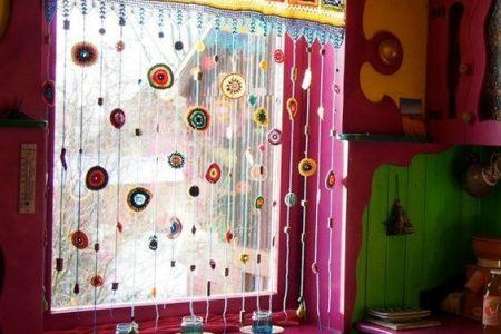 Die gehäkelte Fensterbehandlung Ihrer Regenbogentagträume