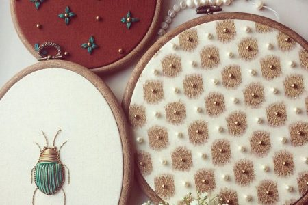 Ich erstelle gestickte Kunst, die von Entomologie und botanischen Illustrationen inspiriert ist