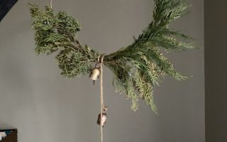Modern Hoop Wreath DIY - Machen Sie in 10 Minuten! - Allisa Jacobs