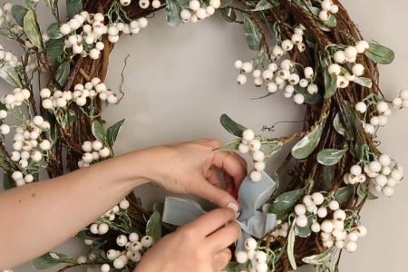 Machen Sie einen weißen Beerenkranz für Ihre festliche Haustür