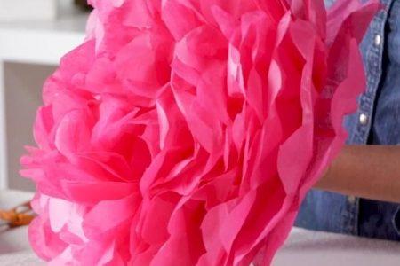 Wie man DIY Seidenpapierblumen für den ultimativen Partyhintergrund macht